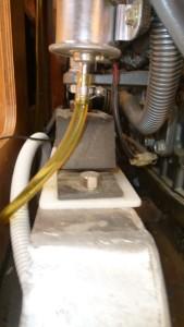 Las patas del motor se aíslan de la bancada con una pieza plástica