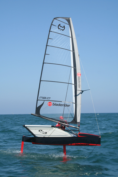 Velero clase Moth International; con licencia CC, por Virginia Veal