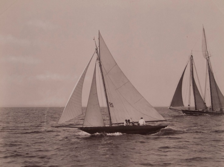 Velero de recreo a principios del s.XX; imagen en dominio público, obtenida aquí